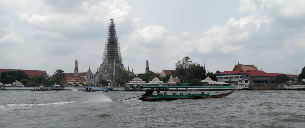 Templo Wat Arun visto desde la orilla contraria del Rio Chao Phraya