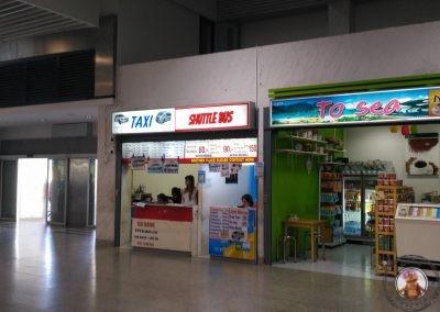 Mostrador de venta de tickets para bus y taxi en el Aeropuerto de Krabi
