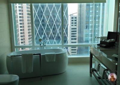Bañera del baño completo que también tiene ducha