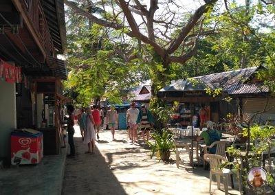 Calle comercial y de restaurantes y bares cercano a Railay West