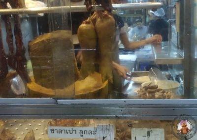 Patos en el exterior del Restaurante Prachak Roasted Duck