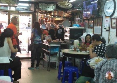 Gente local en el restaurante Prachak Roasted Duck