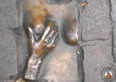 Curiosa escultura al lado de la Iglesia Vieja en el Barrio Rojo