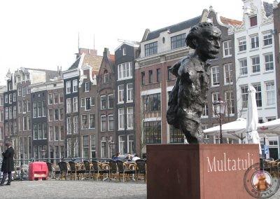 Estatua del escritor holandés Multatuli