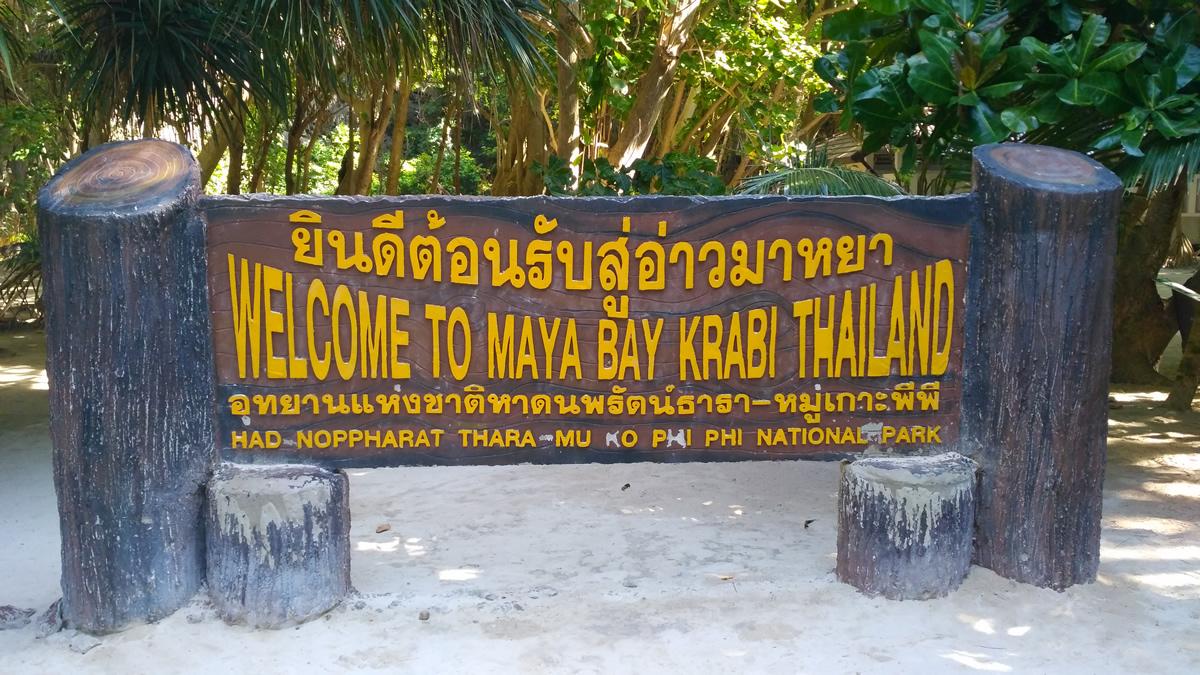 Cartel de bienvenida a Maya Bay