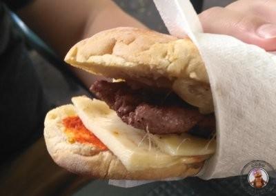 Bocadillo Prestigiacomo - salchicha, cebolla, queso y picante