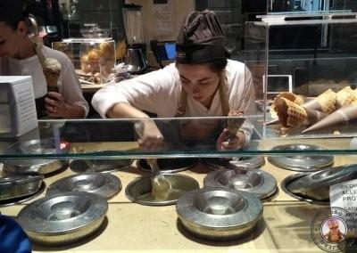 Preparando helados en Cioccolat Italiani