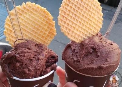 Helados de la heladería Chocolat - Tarrina pequeña de chocolate con guindas y tarrina mediana de chocolate con leche y blanco