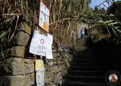 Inicio del sendero desde Monterosso con los avisos de que el sendero está cerrado