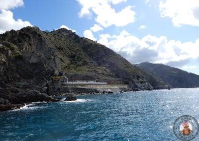 Vista del tren desde el barco que recorre Cinque Terre