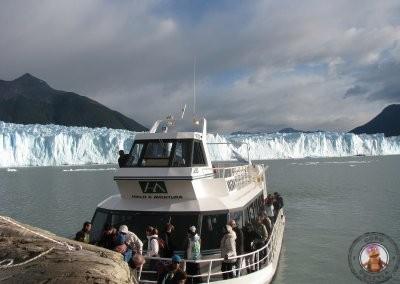 Barco de la excursión de trekking por el Perito Moreno