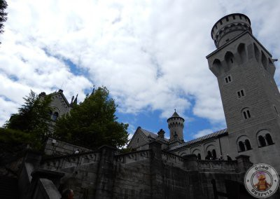 Acceso al patio del castillo por unas escaleras