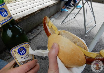 Bratwurst y cerveza del snack bar