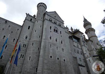 Camino a los pies del castillo