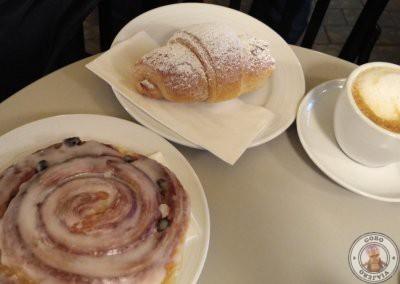 Desayuno en la cafetería de al lado del Atlas City Hotel