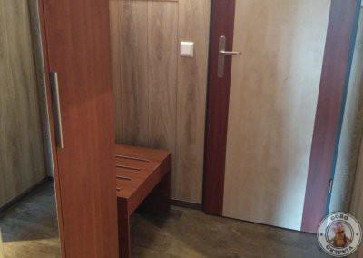 Habitación doble con escritorio, armario y banco