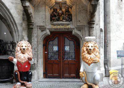 Entrada a Ratskeller desde el patio del Nuevo Ayuntamiento de Munich