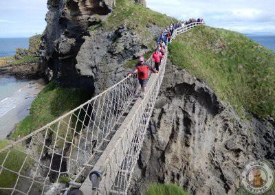 Cruzando el puente Carrick a Rede en Irlanda del Norte