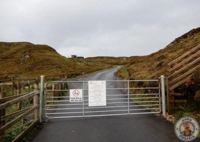 Valla de acceso a la carretera que va desde el primer parking al parking superior de los acantilados