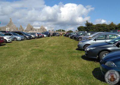 Parking habilitado para ese día en un prado