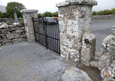 Acceso a la abadía a través del muro