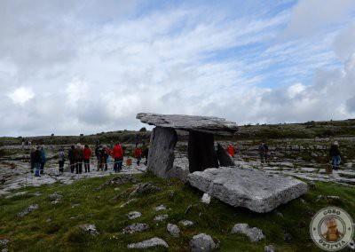 Gente visitando el dolmen