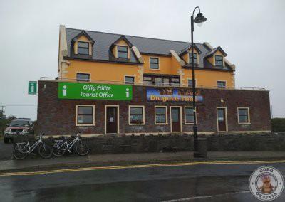 Oficina de información junto al puerto en Kilronan y tienda de alquiler de bicis