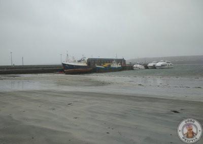 Puerto de Kilronan (Cill Rónáin) en Inishmore, al fondo se ven los ferries