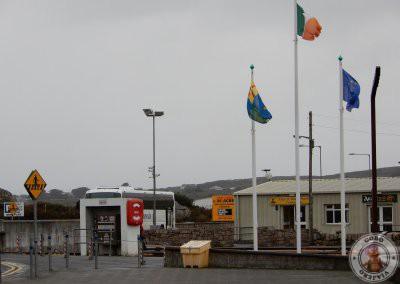Taquilla desde donde sale el ferry en Rossaveel a la izquierda está el parking