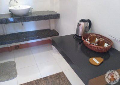 Lavabo y mesa en la habitación
