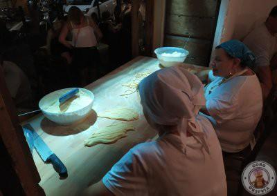 Señoras preparando la pasta
