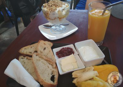 Desayunar en Siargao - Tostadas de pan + fruta + yogurt con mermelada + batido de mango y Bowl de yogurt con frutas y muesli