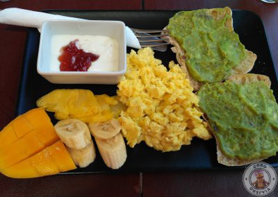 Desayunar en Siargao - Tostadas de agacate + huevos revueltos + fruta + yogurt con mermelada + batido de mango