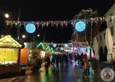 Mercado en la calle Rotteckring. Mercados de Navidad de Friburgo de Brisgovia