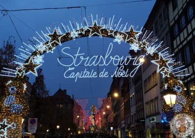 Cartel iluminado Strasbourg Capitale de Noël en Rue du Vieux-Marché-aux-Poissons