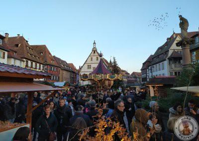 Gente en el Mercado de Navidad de la Place du Marché (Plaza del Mercado)