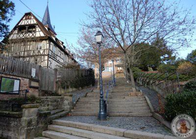 Escaleras que suben hacia la iglesia