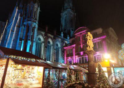 Mercado de Navidad   con la Iglesia de San Esteban de fondo